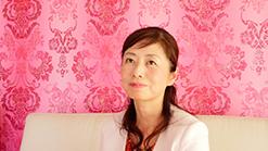 インタビューの受け答えをしている池崎晴美の写真