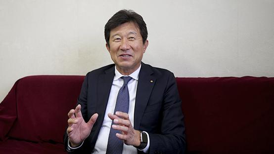 インタビューの受け答えをする際に笑顔を見せる板津和博社長