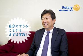 インタビューの受け答えをしている板津和博の写真
