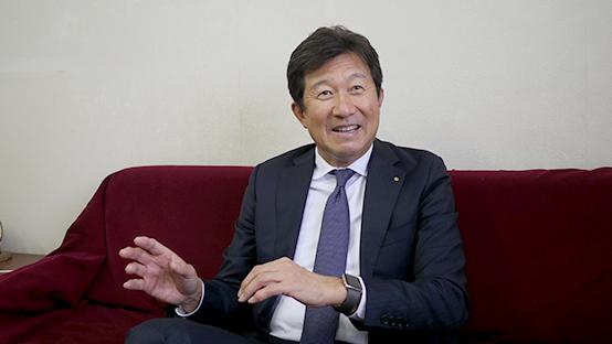 インタビューの受け答えをする板津和博社長の写真