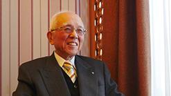 インタビューの受け答えをする際に笑顔を見せる黒野晃太郎