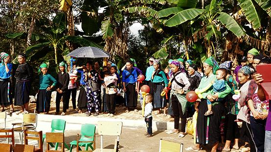 式典に集まるナモ村の人々